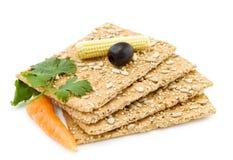 Organische snack met kaascrackers stock afbeeldingen
