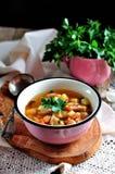 Organische Suppe DDelicious mit Huhn, Bohnen, Zwiebeln, Tomaten, Pilzen und Petersilie Stockfoto