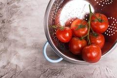 Organische tomaten in een zeef Royalty-vrije Stock Foto