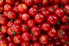 Organische Tomaten Rode tomaten bij openluchtmarkt Een achtergrond van verse tomaten voor verkoop bij een markt royalty-vrije stock fotografie