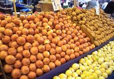 Organische Ui en Aardappels bij een Markt van de Straat Stock Afbeeldingen