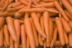 Organische und frische Karotten im Basar stockfotos