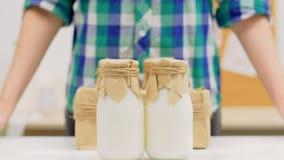 Organische van de het voedsellevering van de melk melkveehouderij de flessendoos stock videobeelden