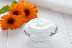 Organische vochtinbrengende crème van de kruid de kosmetische antirimpel cream calendula vitamin spa royalty-vrije stock afbeeldingen