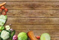 Organische voedselachtergrond Ruimte voor uw tekst/hoog-onderzoek product, studiofotografie van verschillende groenten op oude ho Royalty-vrije Stock Foto's