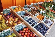 Organische Vruchten en Groenten bij de Markt Stock Afbeeldingen
