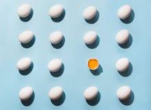 Organische witte eieren op blauw Abstract patroon Eieren in isometrisch Royalty-vrije Stock Foto