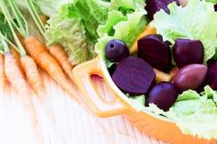 Organische Wortel en Bietensalade stock foto's