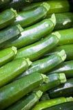 Organische Zucchini auf Bildschirmanzeige am Markt Lizenzfreie Stockfotos