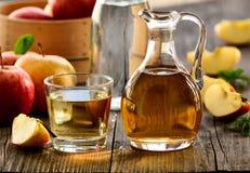 Organischer Apfelweinessig in einer Flasche lizenzfreie stockfotos