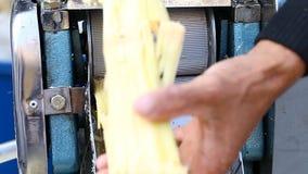 Organischer frischer Saft Sugar Cane Juice Machine, rohes Zuckerrohr ist verarbeitetes handgemachtes stock video