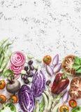 Organischer Frischgemüsehintergrund Kohl, rote Rüben, Bohnen, Tomaten, Pfeffer auf einem hellen Hintergrund, Draufsicht lizenzfreie stockfotografie