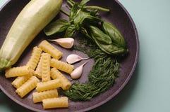 Organischer Frischgemüsekohl, Basilikum, Dill, Teigwaren, Knoblauch in einer Bratpfanne lizenzfreie stockfotografie