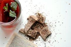 Organischer Fruchttee und -schokolade auf weißer Tabelle Lizenzfreies Stockfoto