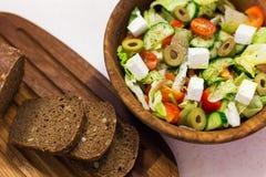 Organischer griechischer Salat, Scheiben brot Stockfotos