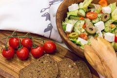 Organischer griechischer Salat, Scheiben brot und Kirschtomate Lizenzfreie Stockfotos