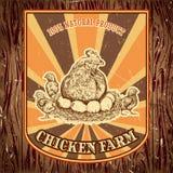 Organischer Hühnerbauernhof-Weinleseaufkleber mit Henne mit Küken auf dem Schmutzhintergrund Stockfoto
