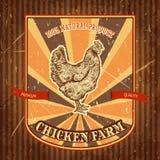 Organischer Hühnerbauernhof-Weinleseaufkleber mit Huhn auf dem Schmutzhintergrund Stockfoto