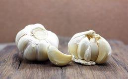 Organischer Knoblauch ganz und Nelken lizenzfreie stockfotos