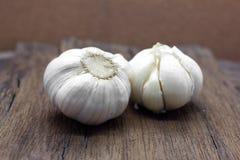 Organischer Knoblauch ganz und Nelken Lizenzfreie Stockbilder