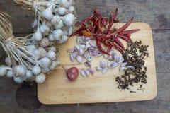 Organischer Knoblauch und glühender Paprika Lizenzfreie Stockfotos