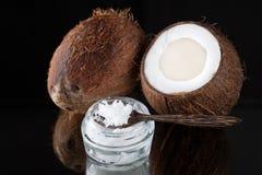 Organischer Kokosnussöl und Kokosnuss Stockbild