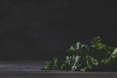 Organischer Pieplant, der auf altem Holztisch liegt Stockfoto