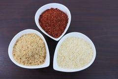 Organischer Reis in den Schüsseln Stockfotografie