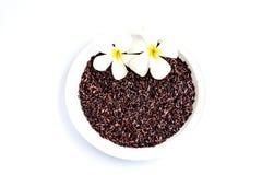 Organischer Reis der Reisbeere auf weißem Hintergrund Stockbild