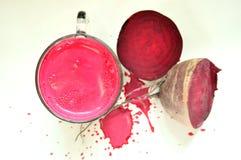 Organischer Saft der roten Rübe auf einem weißen Hintergrund stockbilder
