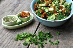 Organischer Salat in der weißen Schüssel Lizenzfreie Stockbilder