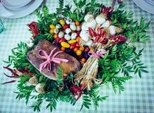 Organisches Gemüse Brot und Wachteleier im Korb lizenzfreie stockfotos