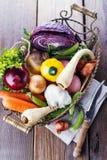 Organisches gesundes Gemüse im rustikalen Korb Stockfotos