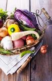 Organisches gesundes Gemüse im rustikalen Korb Stockbild