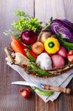 Organisches gesundes Gemüse im rustikalen Korb Stockfotografie
