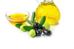 Organisches Olivenöl mit Oliven lizenzfreie stockfotos