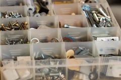 Organiserade bultar, skruvar, muttrar och packningar royaltyfria bilder