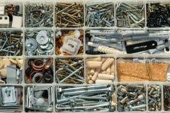 Organiserade skruvar, bultar, muttrar och packningar arkivbild