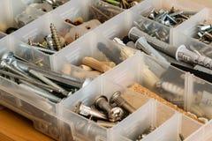 Organiserade skruvar, bultar, muttrar och packningar arkivfoton