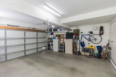 Organiserat bostads- garage royaltyfri foto