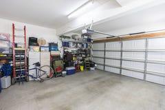 Organiserat förorts- garage för två bil fotografering för bildbyråer