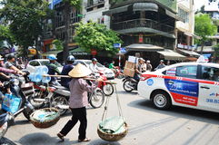 Organiserat kaos på gatorna av Hanoi Royaltyfria Foton