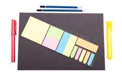 Organiserat märkes- skrivbord med kontorshjälpmedel och papper royaltyfria foton