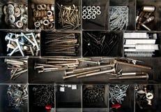 Organiserat spikar, bultar och skruvar fotografering för bildbyråer
