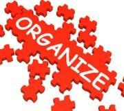Organisez les expositions de puzzle arrangeant ou organisant Photo stock