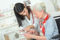 Organisierende Medikation der älteren Frau stockbilder