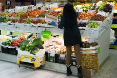Organisierendes Obst und Gemüse des Obst-und Gemüsehändlers am Markt stockfotografie