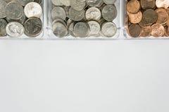 Organisierte lose Münzenänderung auf Oberseite, leerer leerer Raumraum für Textunterseite lizenzfreie stockbilder