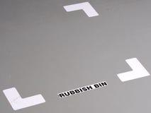 Organisierter industrieller Boden mit Bandmarkierungen und Aufkleber für Position eines Mülleimers Stockbilder