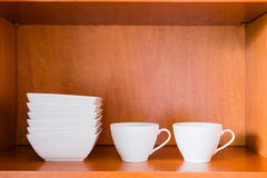 Organisierter minimalistic Küchenschrank mit weißer Porzellanschüssel Stockbild